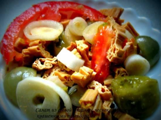 Салат из соевой спаржи (фучжу) с чесноком рокамболь и квашенными помидорами