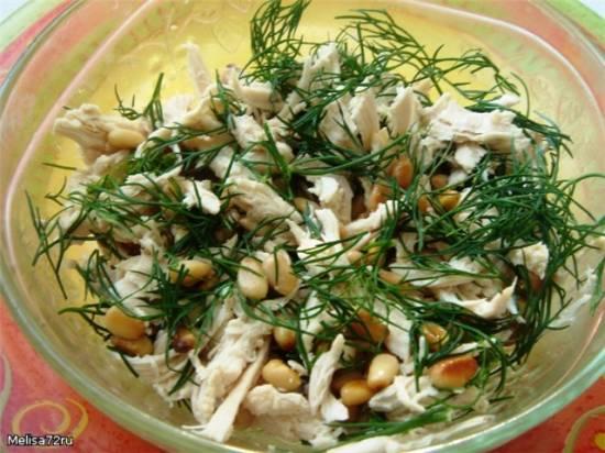 Легкий салат  из куриного филе,с укропом и кедровыми орешками