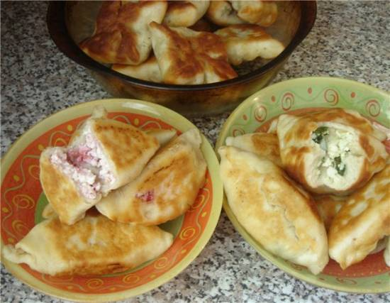 Дуэт пирожков: Пирожки жареные с творогом и малинкой + пирожки с луком и яйцом