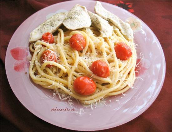 Букатини с помидорами-черри и куриная грудка с прованскими травами