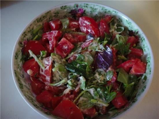Салат из помидоры и портулака со сметаной