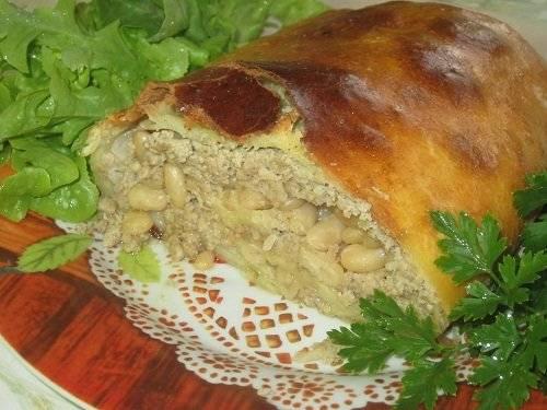 Мясной рулет с фасолью и капустой в тесте