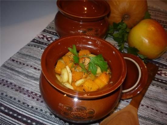 Свинина, томленная в горшочках с тыквой, пастернаком и яблоками