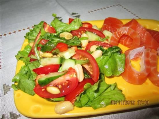 Легкий салат с орешками и семечками