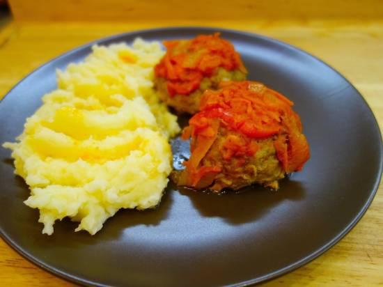 Тефтели в томатном соусе с овощами