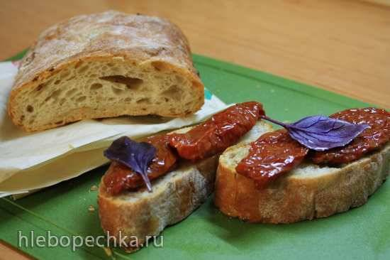 Белый хлеб с вялеными помидорами