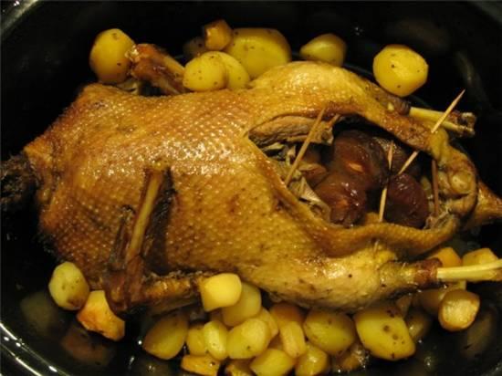 Фаршированная сливами утка в медовой глазури