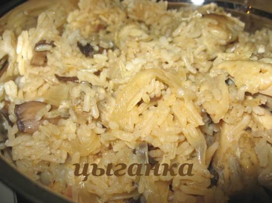 Рис с грибaми, луком и куриными крылышкaми