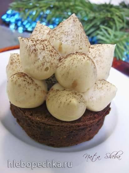 Двойной брауни с трюфелем под карамелизированным муссом из белого шоколада Двойной брауни с трюфелем под карамелизированным муссом из белого шоколада