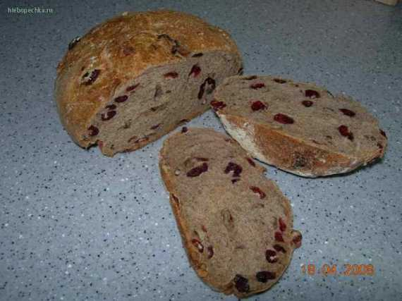 Деревенский хлеб с сушеной клюквой и орехами пекан