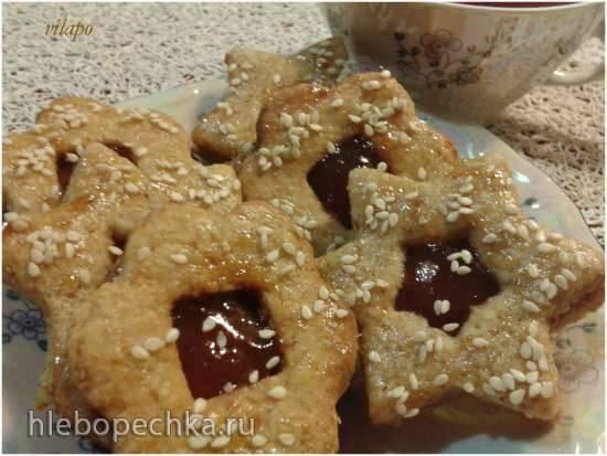 Печенье из цельнозерновой муки с пряными специями, джемом и кунжутом