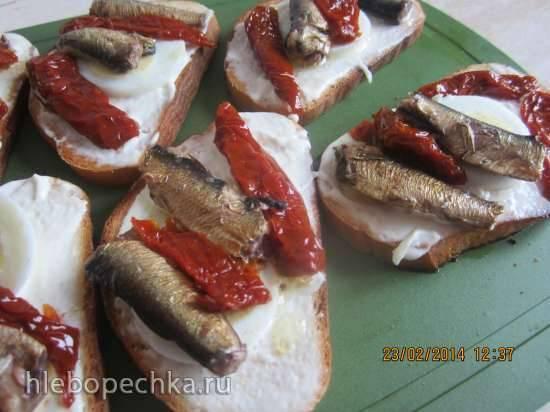 Бутерброды со шпротами и вялеными помидорами