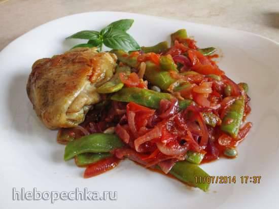 Стручковая фасоль, жареная с луком и помидорами