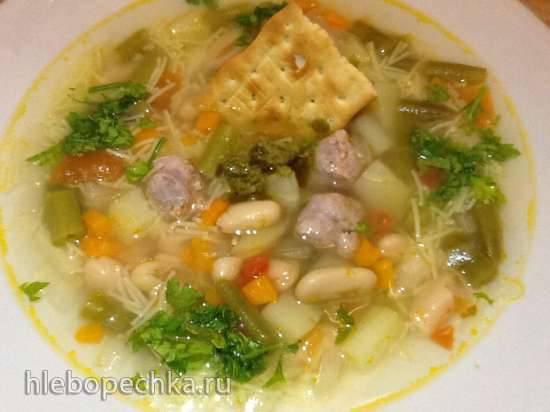 Итальянский овощной суп с пастой, фрикадельками из колбасок и соусом песто