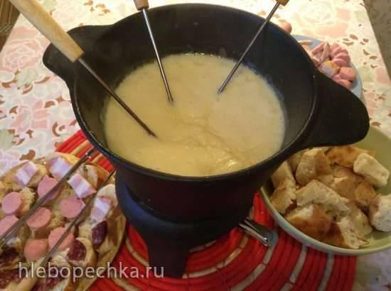 Фондю по-немецки с копченой колбасой, сосисками и беконом.