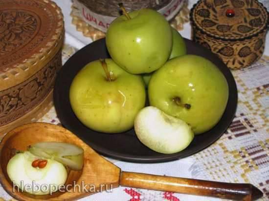 Яблоки, моченые с медом и мятой