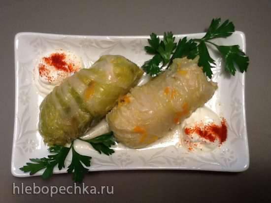 Голубцы из китайской капусты с куриным фаршем, изюмом и кедровыми орешками