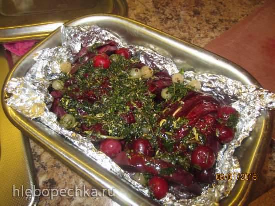 Теплый салат из нута, вяленых слив, свеклы и красного лука-гриль