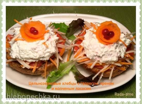 Цельнозерновые хлебцы с копченым лососем, творогом, хреном, яблоком и морковью  (Vollkornbroetchen mit Meerrettichquark)