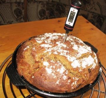 Хлеб ржаной в чугунной сковороде.