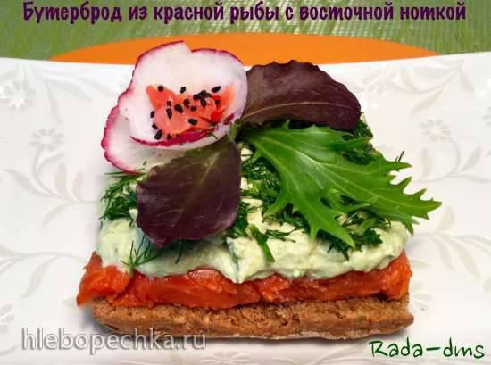 Бутерброд из красной рыбы холодного копчения и мягкого сыра с восточной ноткой