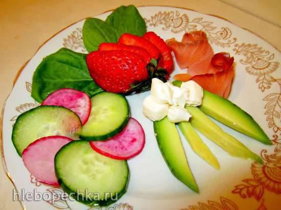 Закуска из семги с овощами, клубникой и плавленым сыром