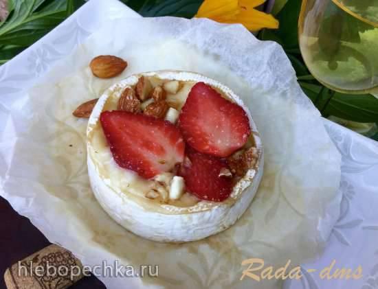 Завтрак аристократа - камамбер, запеченный с клубникой и ликером Амаретто, к ледяному шампанскому