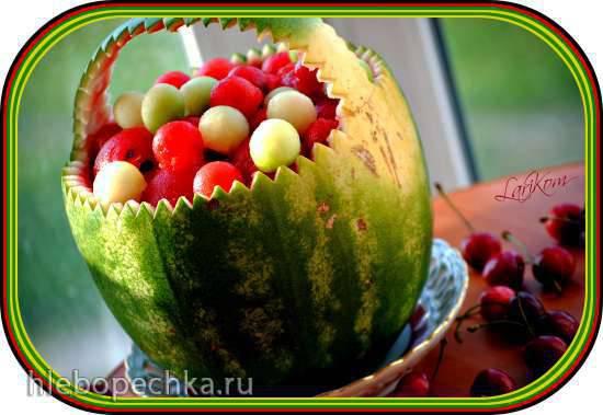 Арбузная корзина с ягодами