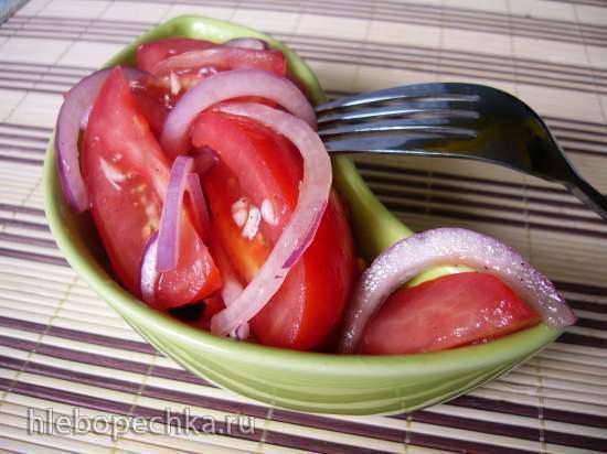 Салат из помидоров и лука с заправкой из томатного сока
