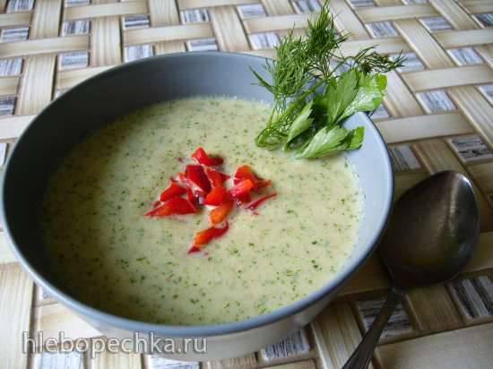Холодный суп с огурцом и белым хлебом на кефире
