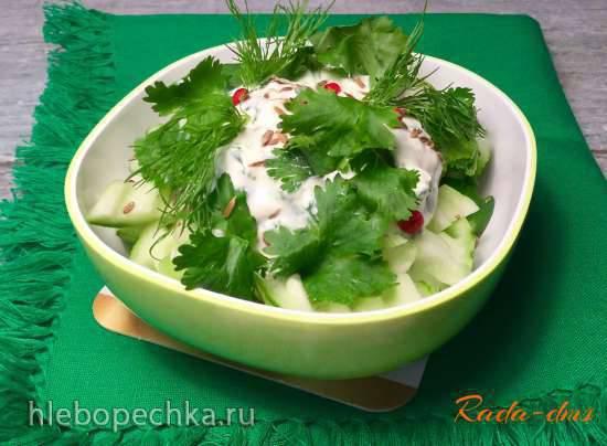 Закуска из огурцов, зеленого лука и кинзы в сметане