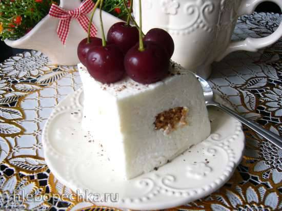 Творожный крем-суфле с миндальным печеньем и вишней