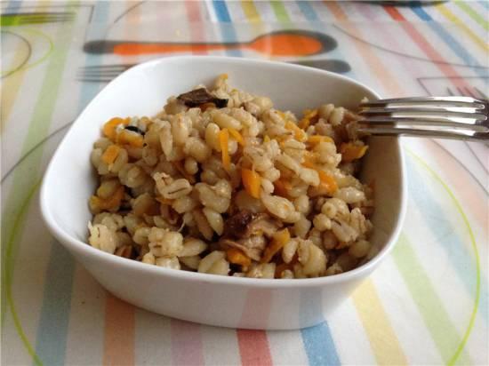 Перлушка (перловка с грибами, луком и морковью)