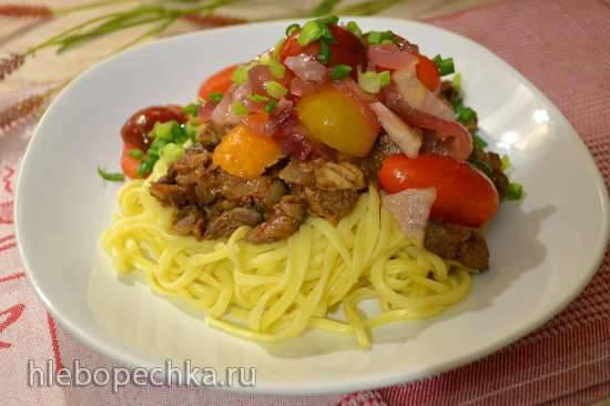 Паста с мясом, печенкой, свежими помидорами черри и маринованным красным луком