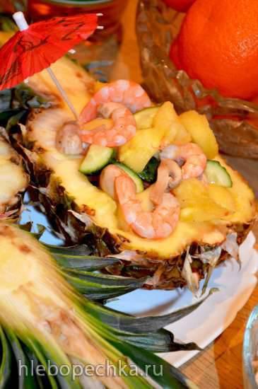 Экзотический салат в половинках ананаса