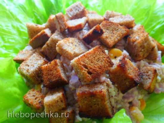 Салат из печени трески с гренками и ашкелонским луком