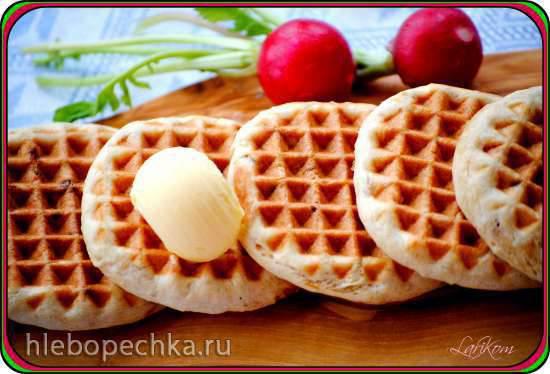 Бездрожжевые лепёшки с жареным луком в вафельнице