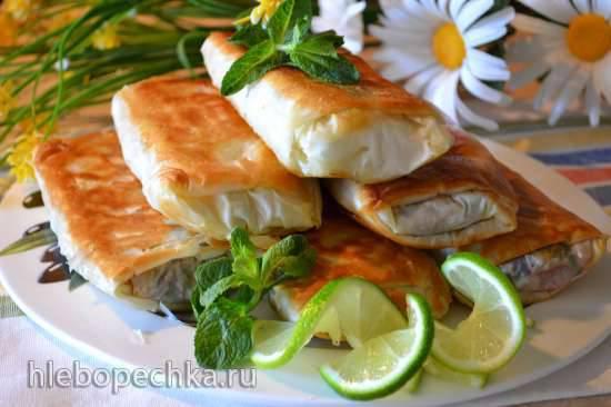 Пироги из теста фило, с творогом, куриной печенью и свекольной ботвой, яблоками, жареные на сковороде
