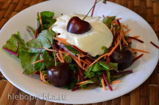 Салат из листьев мангольда, и сырых свеклы и моркови, со свежим хреном