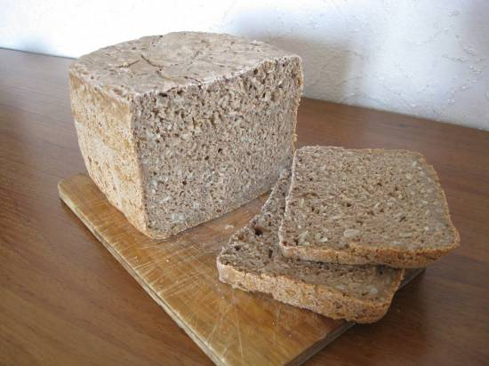 Хлеб ржаной с семенами подсолнечника.
