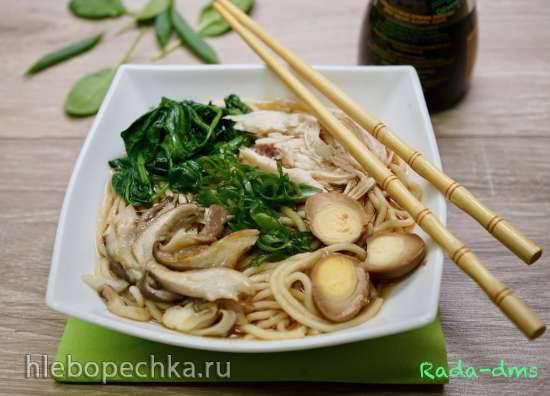Рамэн с курицей, припущенным шпинатом, маринованными перепелиными яйцами, вешенками и зеленым луком