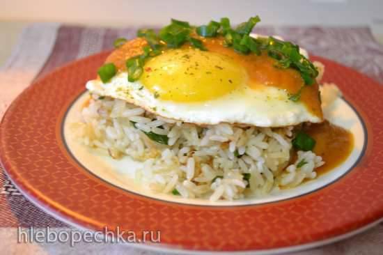 Рис обжаренный, с яйцом-глазуньей, под красным кисло-сладким соусом