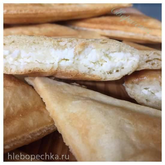 """Пирожки слоеные с творогом в мультипекаре Redmond (метод формовки """"на холодный прибор"""")"""