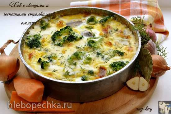 Хек с овощами и чесночными стрелками в омлете