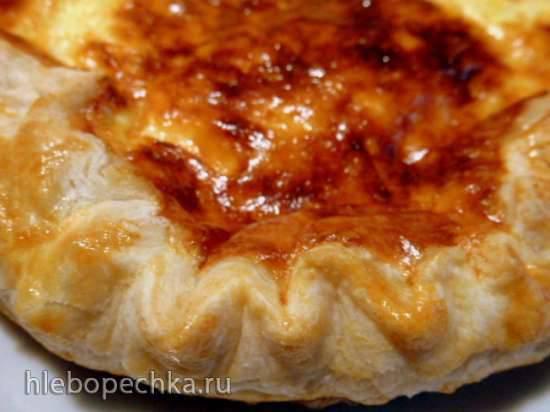Нежный сырный пирог на слоеном тесте