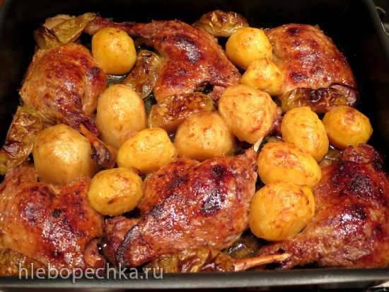Утиные ножки, запечённые с яблоками и картофелем