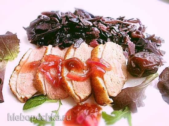 Запеченная утиная грудка, красная капуста и соус с карамельным луком