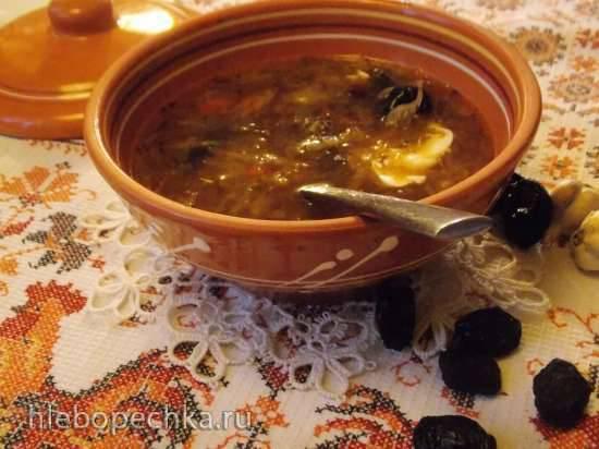 Щи постные с капустой, фасолью, грибами и черносливом под хлебной крышечкой Щи постные с капустой, фасолью, грибами и черносливом под хлебной крышечкой