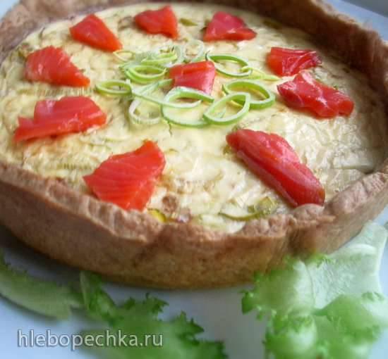 Закусочный пирог с брынзой, творогом и ломтиками лосося