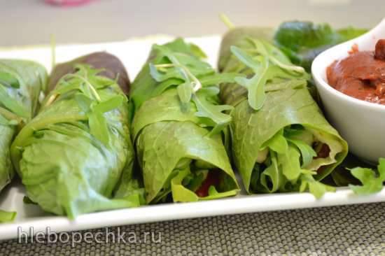 Закуска веганская «рулеты зеленые» с соусом из вяленых помидоров и слив
